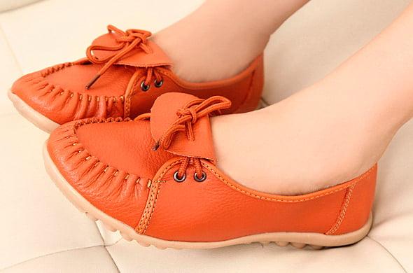 яркие ботинки на шнуровке