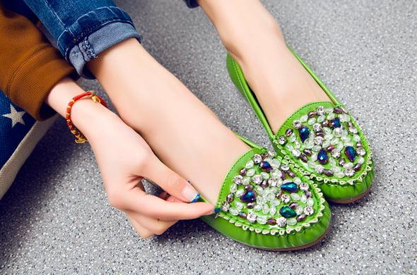 красивая обувь со стразами